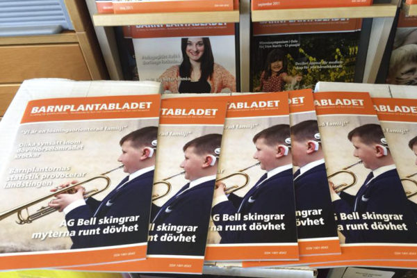 Senaste numret av Barnplantabladet packas upp hos Barnplantorna (Riksförbundet för Barn med Cochleaimplantat och Barn med Hörapparat). Grafisk produktion och layout av Xtrovert Media Reklambyrå i Göteborg.